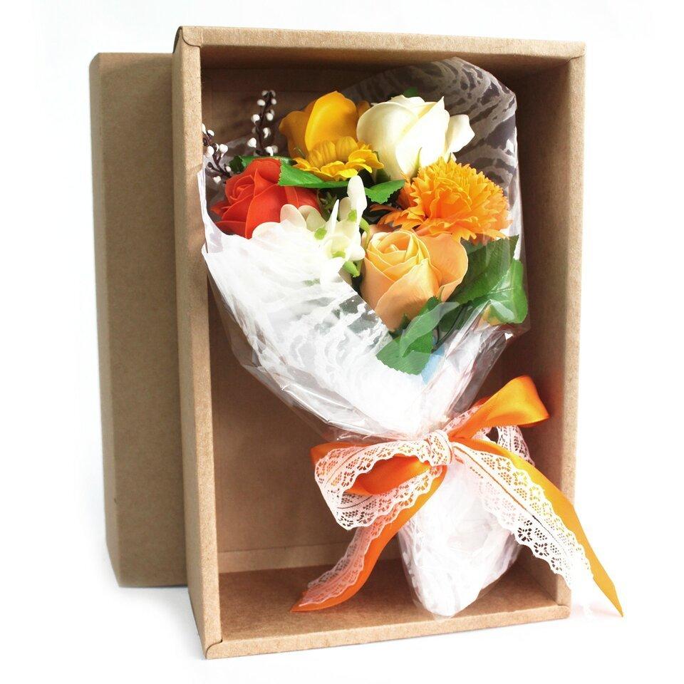 Oranžinė muilo gėlių puokštė dėžutėje